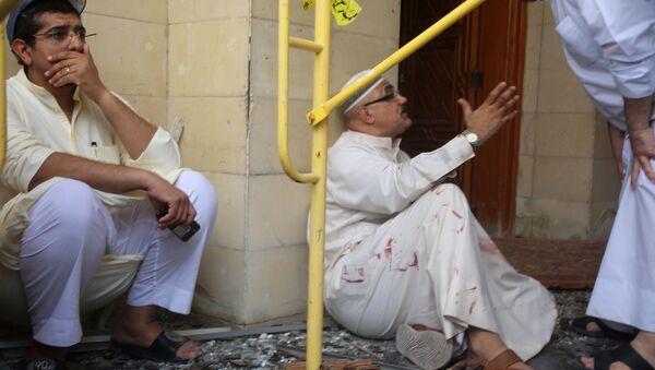 Những người đàn ông tại hiện trường vụ khủng bố nhà thờ Hồi giáo Shiite ở thành phố Kuwait - Sputnik Việt Nam