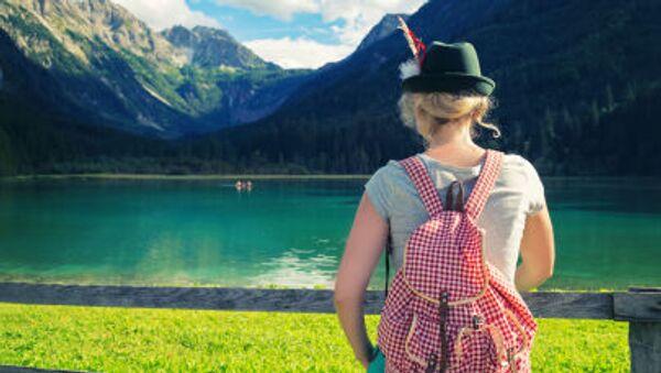Thiếu nữ trước phong cảnh núi Alps - Sputnik Việt Nam