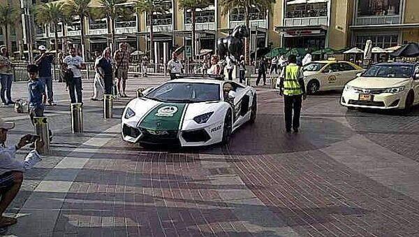 Первый патруль дорожной полиции на дорогом спортивном автомобиле Lamborghini появился на улицах Дубая - Sputnik Việt Nam