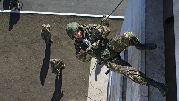 Lính đặc nhiệm Bộ Nội vụ LB Nga thực hành tấn công tòa nhà cao tầng. - Sputnik Việt Nam