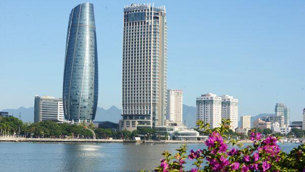 Sông Hàn và tòa nhà Trung tâm hành chính với lối kiến trúc hình tháp trụ tròn cao 175,5m là hai biểu tượng đăng trưng của Đà Nẵng, thành phố đăng cai Tuần lễ Cấp cao APEC 2017. - Sputnik Việt Nam
