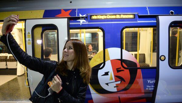 Khai trương đoàn tàu Trái tim Nga trong metro London - Sputnik Việt Nam