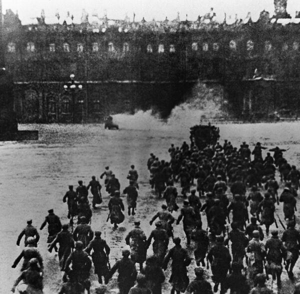 Cuộc tấn công  Cung điện Mùa đông ở Petrograd ngày 25 tháng 10 năm 1917. Cảnh trích từ bộ phim Tháng Mười của Sergei Eisenstein và Grigori Aleksandrov - Sputnik Việt Nam