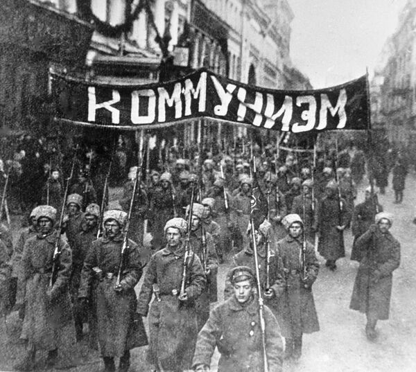 Đội ngũ binh sĩ cách mạng với phương châm Chủ nghĩa Cộng sản diễu hành trên phố Nikolskaya ở Matxcơva. Năm 1917 - Sputnik Việt Nam