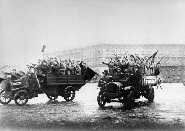 Đội thủy thủ vũ trang và binh lính kéo về Cung điện Mùa đông. Những ngày tháng 10 năm 1917 - Sputnik Việt Nam