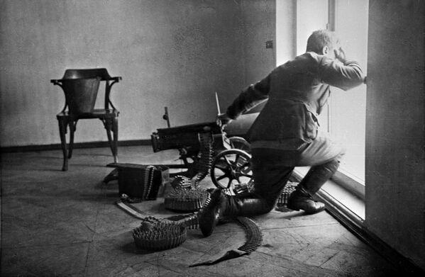 Pháo thủ bảo vệ Cung điện Mùa đông. Những ngày tháng 10 năm 1917 - Sputnik Việt Nam