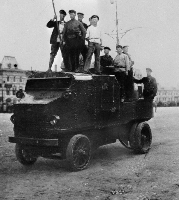 Công nhân trên xe bọc thép ở Quảng trường Đỏ tại Matxcơva năm 1917 - Sputnik Việt Nam