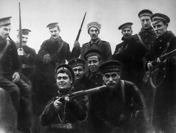 Các thủy thủ Baltic tham gia tấn công vào Cung điện Mùa đông ở Petrograd vào tháng 10 năm 1917 - Sputnik Việt Nam