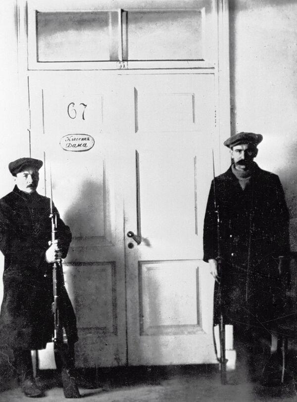 Lính gác bảo vệ văn phòng của V.I. Lenin ở Smolnyi. Petrograd. Năm 1917 - Sputnik Việt Nam