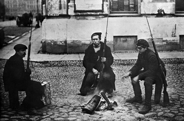 Chiến sĩ Cận vệ Đỏ bên đống lửa trong những ngày Cách mạng XHCN tháng Mười. Thành phố Petrograd, tháng 10 năm 1917 - Sputnik Việt Nam