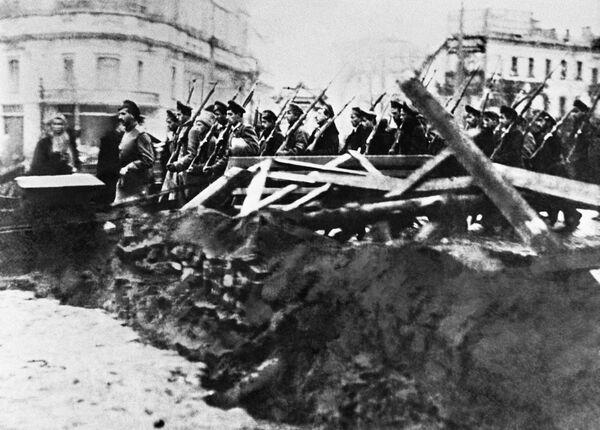 Các đội vũ trang học viên võ bị với tinh thần chống Bolshevik gay gắt trên đường phố Matxcơva.  Cách mạng tháng Mười. Năm 1917 - Sputnik Việt Nam