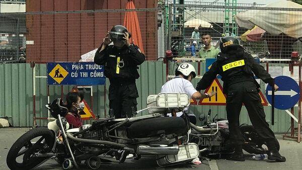 Hình ảnh từ clip được người dân cung cấp cho thấy thiếu niên bị một người mặc cảnh phục CSCĐ lên gối ngay giữa đường. - Sputnik Việt Nam