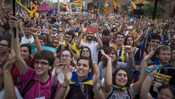 Акция у здания парламента Каталонии в поддержку провозглашения независимости - Sputnik Việt Nam