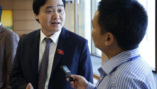 Bộ trưởng GD-ĐT Phùng Xuân Nhạ trao đổi bên hành lang Quốc hội sáng 30/10 - Sputnik Việt Nam