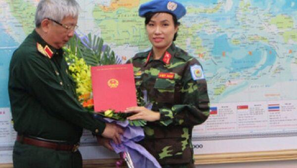 Thượng tướng Nguyễn Chí Vịnh trao quyết định của Chủ tịch nước cho Thiếu tá Đỗ Thị Hằng Nga. - Sputnik Việt Nam