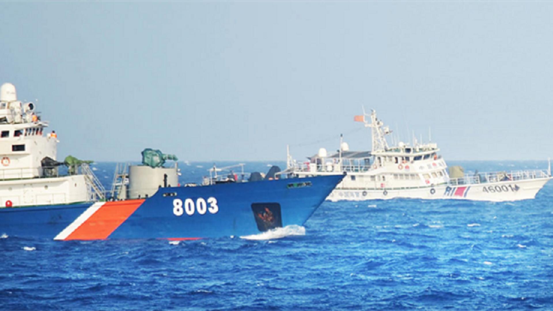 Tàu cảnh sát biển 8003 (bên trái) đang hoạt động chấp pháp tại vùng biển Hoàng Sa. - Sputnik Việt Nam, 1920, 11.10.2021