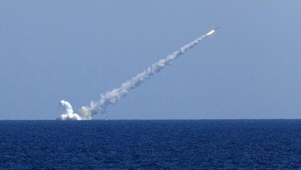 """Tầu ngầm """"Veliki Novgorod"""" bắn các tên lửa Kalibr vào mục tiêu IS* - Sputnik Việt Nam"""
