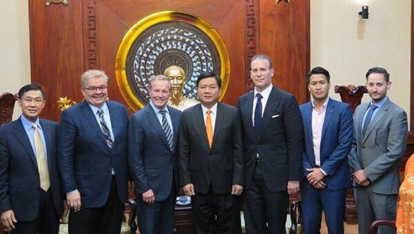 Ông Johnathan Hạnh Nguyễn và ông Đinh La Thăng - Sputnik Việt Nam