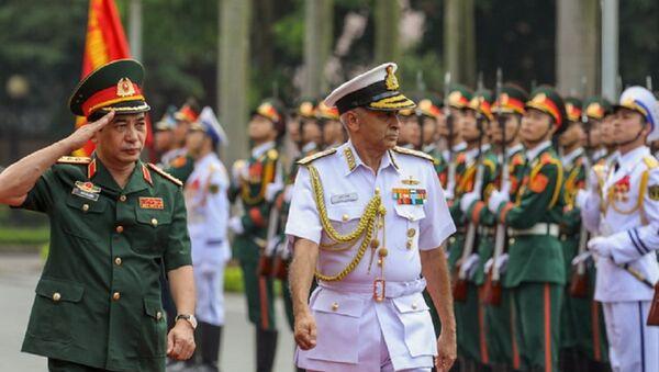 Thượng tướng Phan Văn Giang và Chủ tịch Ủy ban Tham mưu trưởng Ấn Độ duyệt đội danh dự - Sputnik Việt Nam