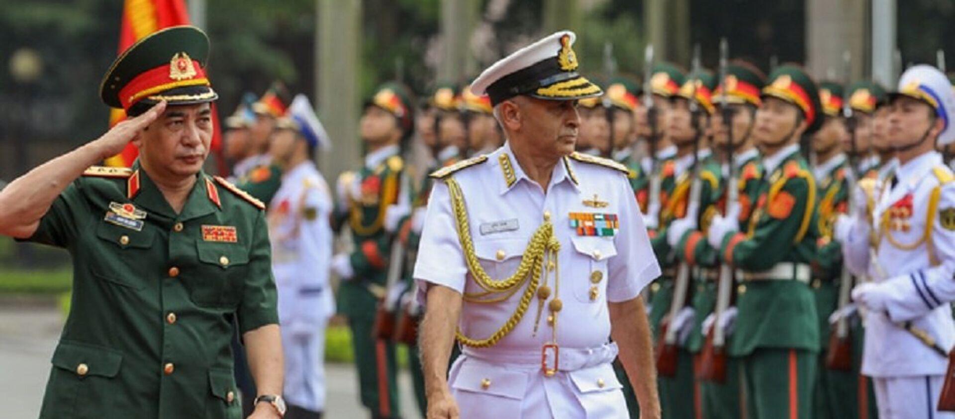 Thượng tướng Phan Văn Giang và Chủ tịch Ủy ban Tham mưu trưởng Ấn Độ duyệt đội danh dự - Sputnik Việt Nam, 1920, 01.11.2017