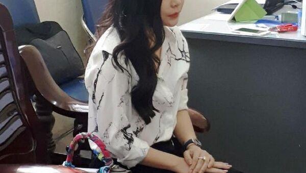 Hoa hậu, diễn viên, người mẫu nào quảng cáo cho bà chủ lô mỹ phẩm trị giá 11 tỷ đồng nghi giả? Ảnh bà Nguyễn Thu Trang làm việc tại cơ quan chức năng - Sputnik Việt Nam