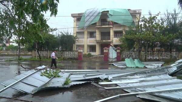 Mái tôn bị bão bốc cả cụm ném xa vài chục mét - Sputnik Việt Nam