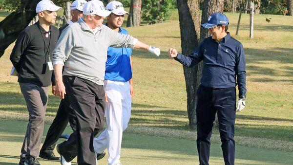 Các ông Trump và Abe đấu golf - Sputnik Việt Nam