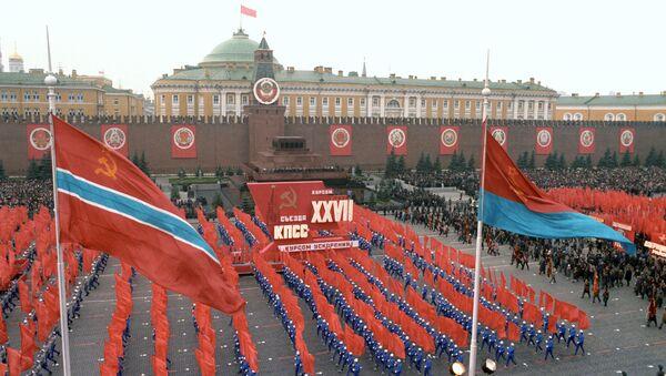 Phần trình diễn của các vận động viên thể thao trên Quảng trường Đỏ trong lễ kỷ niệm lần thứ 69 Cách mạng XHCN Tháng Mười Vĩ đại, năm 1986 - Sputnik Việt Nam
