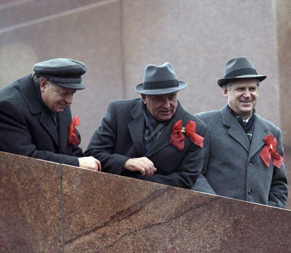 Tổng Bí thư BCH TƯ đảng Cộng sản Liên Xô Mikhail Gorbachev trên lễ đài Lăng Lenin tại Quảng trường Đỏ trong lễ kỷ niệm lần thứ 72 cuộc Cách mạng XHCN Tháng Mười Vĩ đại, năm 1989 - Sputnik Việt Nam