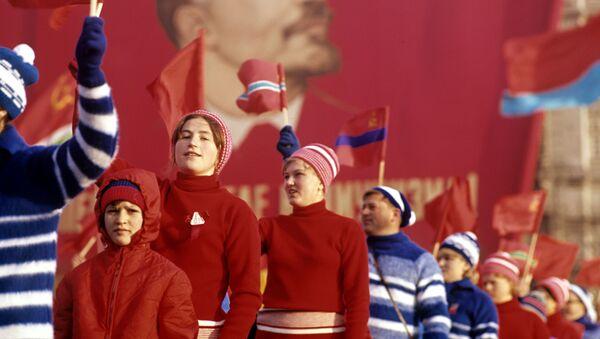 Đội diễu hành của các vận động viên thể thao trên Quảng trường Đỏ trong lễ kỉ niệm lần thứ 50 cuộc Cách mạng XHCN Tháng Mười Vĩ đại - Sputnik Việt Nam