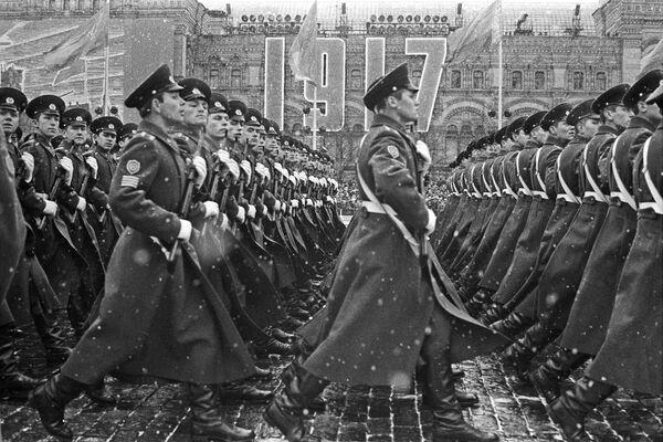 Đội ngũ học viên quân sự trong cuộc diễu hành trên trên Quảng trường Đỏ nhân kỷ niệm lần thứ 54 cuộc Cách mạng XHCN Tháng Mười Vĩ đại, năm 1971 - Sputnik Việt Nam