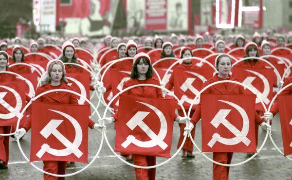 Các vận động viên thể thao trên Quảng trường Đỏ trong lễ kỉ niệm 58 năm cuộc Cách mạng XHCN Tháng Mười Vĩ đại, năm 1975 - Sputnik Việt Nam