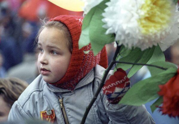 Bé gái với những bông hoa trong dòng tuần hành của quần chúng lao động trên Quảng trường Đỏ nhân kỷ niệm lần thứ 72 cuộc Cách mạng XHCN Tháng Mười Vĩ đại, năm 1989 - Sputnik Việt Nam