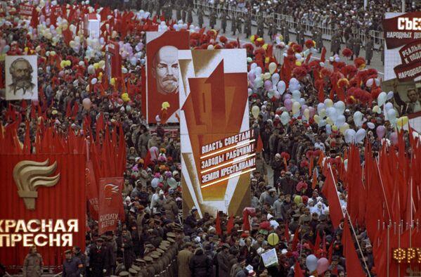 Cuộc tuần hành của quần chúng lao động trên Quảng trường Đỏ nhân kỷ niệm lần thứ 72 cuộc Cách mạng XHCN Tháng Mười Vĩ đại, năm 1989 - Sputnik Việt Nam