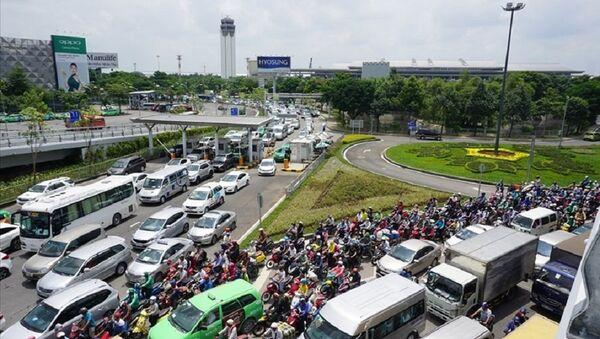Có đến 70% xe 2 bánh và 62% xe 4 bánh lưu thông trên đường Trường Sơn nhưng lại không vào sân bay. - Sputnik Việt Nam