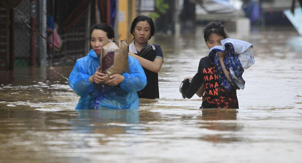 Những người đang vượt qua con đường ngập nước.
