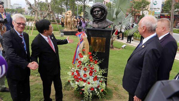 Phó Thủ tướng Chính phủ, Bộ trưởng Ngoại giao Phạm Bình Minh, Chủ tịch Ủy ban Quốc gia APEC 2017 với đại biểu các nền kinh tế thành viên APEC tại Công viên APEC. - Sputnik Việt Nam