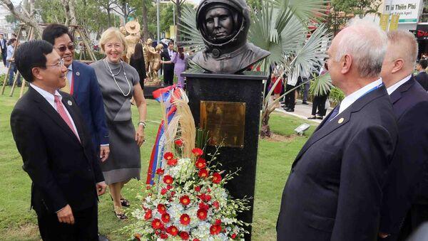 Phó Thủ tướng Chính phủ, Bộ trưởng Ngoại giao Phạm Bình Minh, Chủ tịch Ủy ban Quốc gia APEC 2017 (trái) cùng các đại biểu với tác phẩm tượng điêu khắc của nền kinh tế Nga tại công viên APEC. - Sputnik Việt Nam