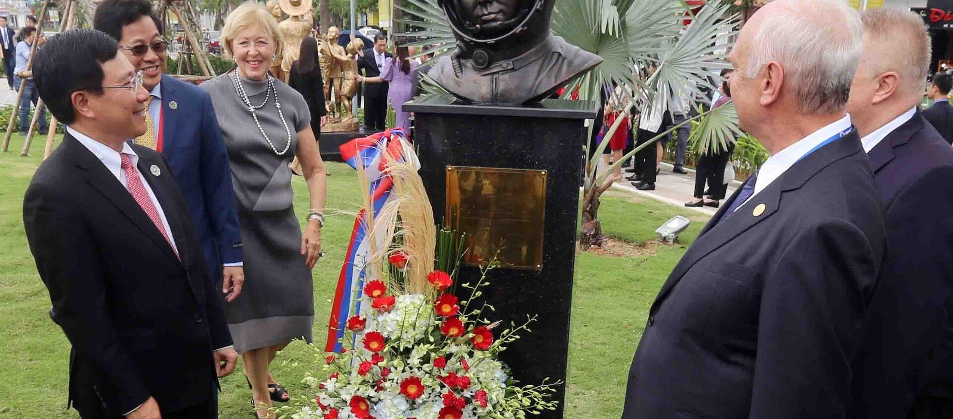 Phó Thủ tướng Chính phủ, Bộ trưởng Ngoại giao Phạm Bình Minh, Chủ tịch Ủy ban Quốc gia APEC 2017 (trái) cùng các đại biểu với tác phẩm tượng điêu khắc của nền kinh tế Nga tại công viên APEC. - Sputnik Việt Nam, 1920, 11.11.2017