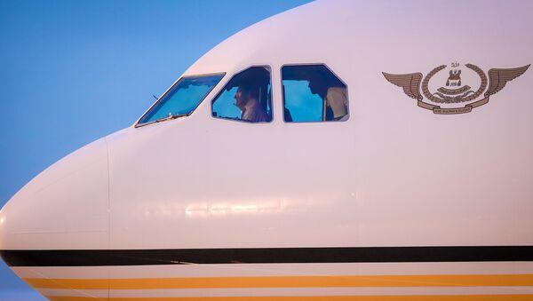 Quốc vương Brunei Hassanal Bolkiah xuất hiện trong buồng lái khi chiếc chuyên cơ A340-212 của ông hạ cánh tại Sân bay Quốc tế Đà Nẵng ngày 9-11. - Sputnik Việt Nam