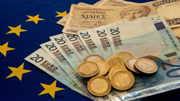 Đồng Drachma của Hy Lạp và đồng Euro trên cờ của Liên minh châu Âu - Sputnik Việt Nam