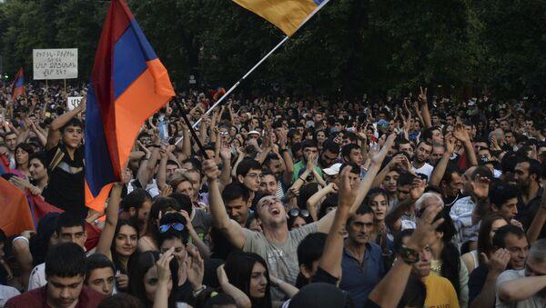 Hoạt động biểu tình phản đối Chính phủ chống tăng giá điện tại Erevan - Sputnik Việt Nam