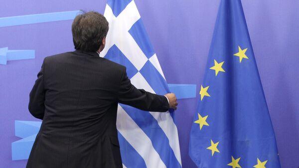Người đàn ông trước cờ Hy lạp và EU - Sputnik Việt Nam