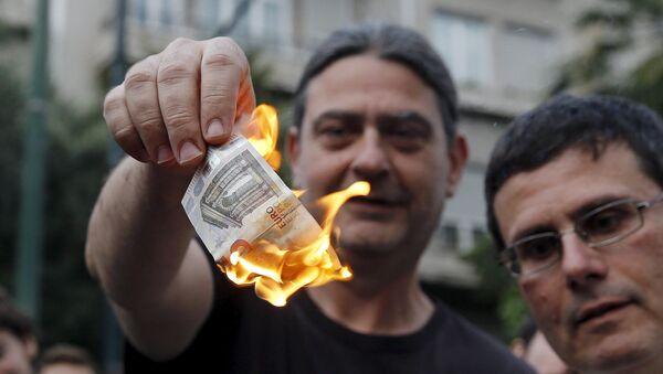 Người dân Hy Lạp đốt tiền euro trong cuộc biểu tình phản đối EU - Sputnik Việt Nam
