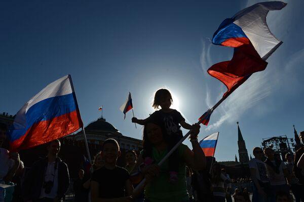 Khán giả trước buổi hòa nhạc nhân Ngày nước Nga tại Quảng trường Đỏ Moskva. - Sputnik Việt Nam