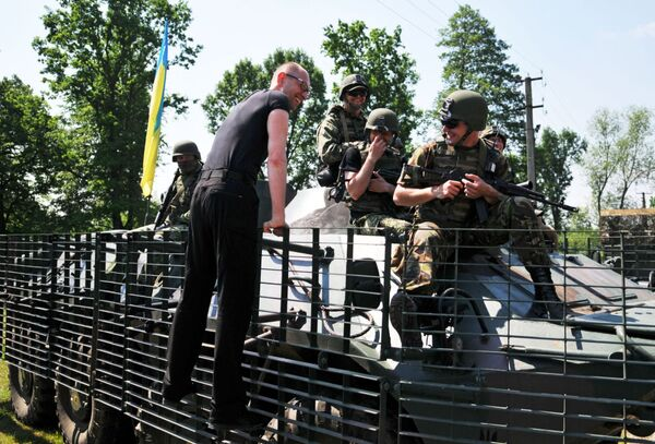 Thủ tướng Ukraine Arseniy Yatsenyuk tiếp xúc với quân nhân Mỹ trong cuộc tập trận chung Fearless The Guardian - Sputnik Việt Nam