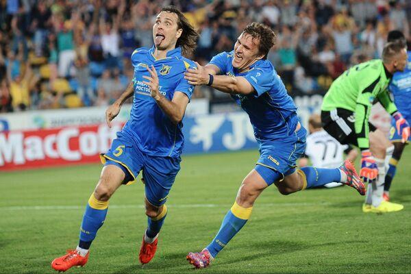 Các cầu thủ đội Rostov Vitaly Dyakov và Alexander Bukharov trong trận đấu giành quyền tham gia Giải vô địch bóng đá Nga - Sputnik Việt Nam