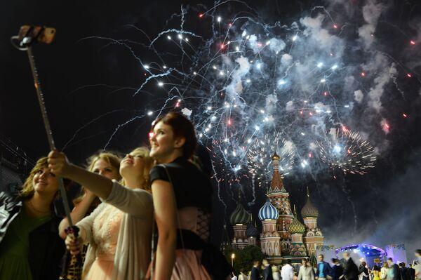 Học sinh tốt nghiệp phổ thông Moskva trong lễ hội pháo hoa trên Quảng trường Đỏ - Sputnik Việt Nam