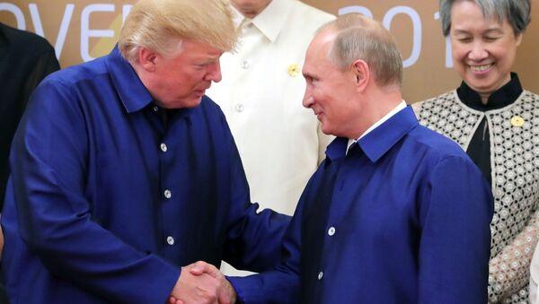 Các ông Putin và Trump bắt tay chào nhau ở hội nghị thượng đỉnh APEC ở Việt Nam - Sputnik Việt Nam