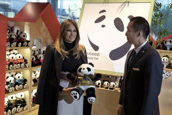 Đệ nhất phu nhân Hoa Kỳ Melania Trump xem khu nuôi gấu trúc ở Vườn thú Bắc Kinh - Sputnik Việt Nam